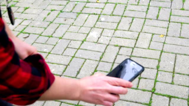 trasig telefon i en kvinnlig hand - trasig bildbanksvideor och videomaterial från bakom kulisserna