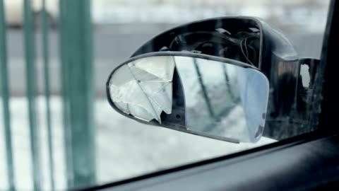 vídeos y material grabado en eventos de stock de espejo roto de la vista lateral - accidente de tráfico