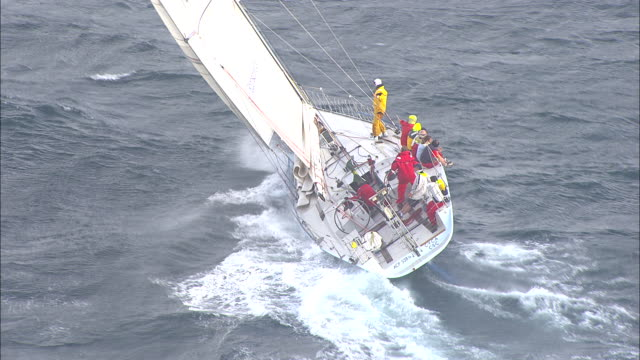 vídeos de stock, filmes e b-roll de brokenwood, the 54ft yacht sailed by sailors with disabilities in the 2009 sydney to hobart yacht race. skippered by david pescud, australia - contestant