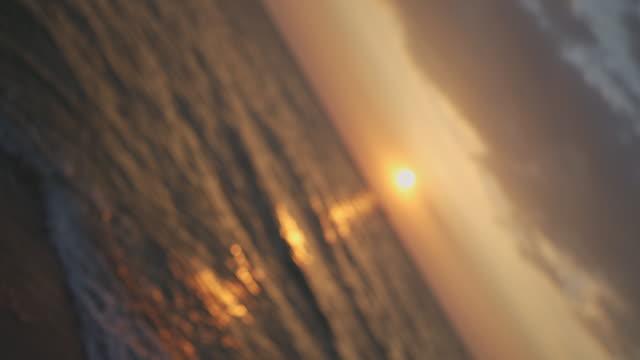b-ロールの焦点を外したぼかしサンセットまたは日の出ビューと海の使用を背景として - 音声あり点の映像素材/bロール