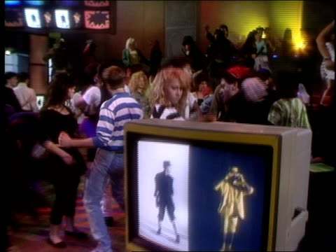 broll footage of people dancing for club mtv in 1988 - mtv点の映像素材/bロール