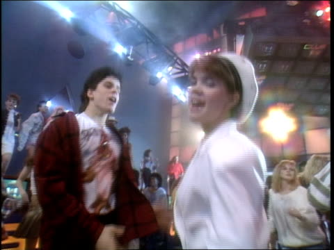 broll footage of people dancing for club mtv in 1992 - mtv点の映像素材/bロール