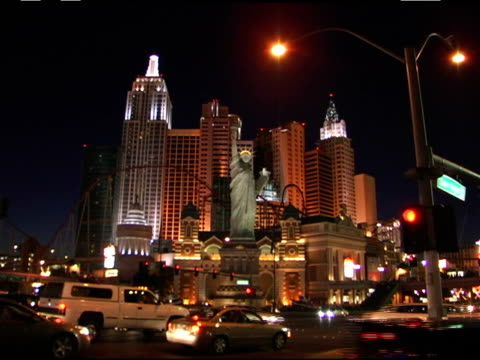 vídeos de stock, filmes e b-roll de broll footage of the las vegas strip the statue of liberty model and street signs - réplica da estátua da liberdade réplica