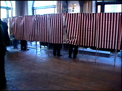 vídeos de stock e filmes b-roll de roll footage of voting booths and lines from 2000. - ano 2000