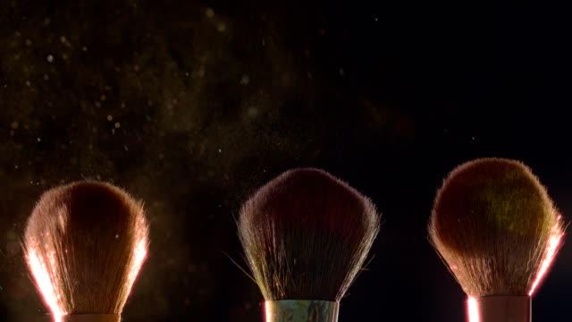 bロールメイクアップアーティストクローズアップシリーズ、ほこり化粧品パウダーは空気中を飛ぶスローモーション - アイシャドウ点の映像素材/bロール