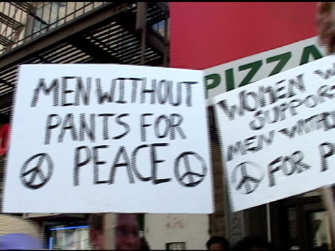broll of anti bush signs in nyc protest - republikanischer parteitag stock-videos und b-roll-filmmaterial