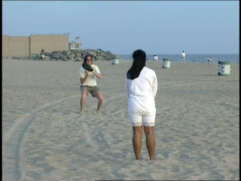 vídeos y material grabado en eventos de stock de broll of couple playing catch with baseball beach in la - guante de béisbol