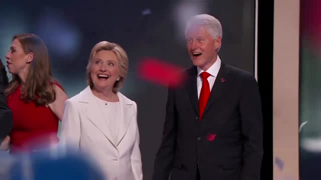 vidéos et rushes de roll of democratic party presidential nominee hillary clinton joined on stage by former president bill clinton, daughter chelsea clinton, vice... - démocratie