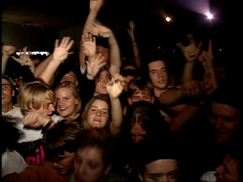 vídeos de stock, filmes e b-roll de broll of fans screaming and dancing to live at the 120 minutes tour in tampa florida / multiple shots of people crowd surfing - jogando se na multidão