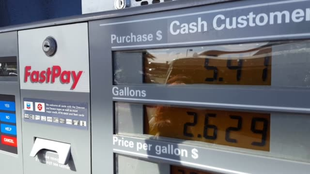stockvideo's en b-roll-footage met broll of gas price signs and pump/meter around las vegas retail gasoline prices continued to inch down in the las vegas valley over the past week... - benzineprijzen