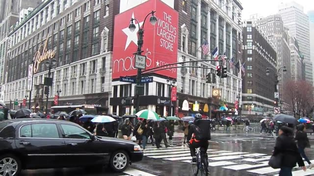 vídeos y material grabado en eventos de stock de broll of holiday shoppers on the rainy streets of new york in herald square - herald square