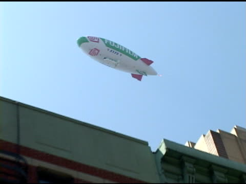 broll of nypd fijifilm blimp and flag at protest in nyc - republikanischer parteitag stock-videos und b-roll-filmmaterial