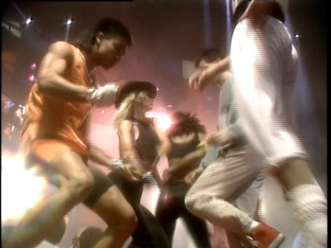 broll of people dancing in 1987 - mtv点の映像素材/bロール