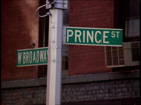broll of people walking down prince st in nyc - 1994 bildbanksvideor och videomaterial från bakom kulisserna