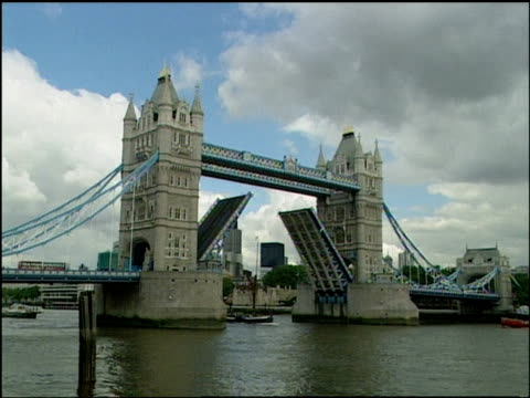 vídeos de stock e filmes b-roll de roll of the tower bridge in london lowering it's passageway. - baixar