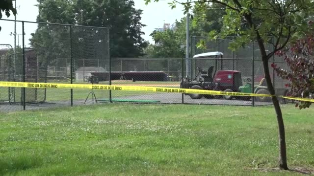 vidéos et rushes de broll pan at the eugene simpson stadium park baseball field in alexandria virginia where house majority whip steve scalise and others were shot by a... - alexandria virginie