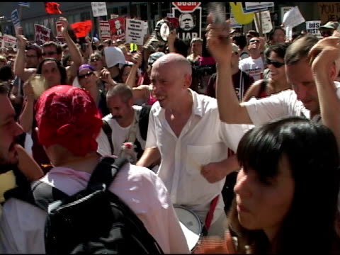 broll protesters dancing and playing drums in nyc - republikanischer parteitag stock-videos und b-roll-filmmaterial