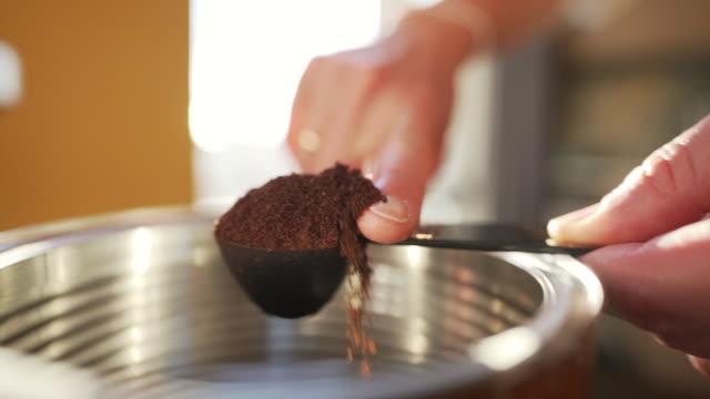 コーヒーを準備している女性のbロールビデオ。 - アイスクリームスクープ点の映像素材/bロール
