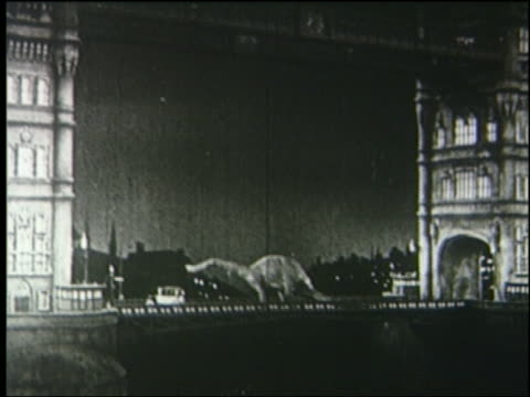 vidéos et rushes de b/w 1925 brontosaurus on tower bridge at night / london - 1925