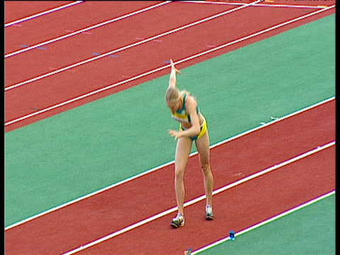 bronwyn thompson composes herself before jump, women's long jump, 2004 crystal palace athletics grand prix, london - sportlerin stock-videos und b-roll-filmmaterial