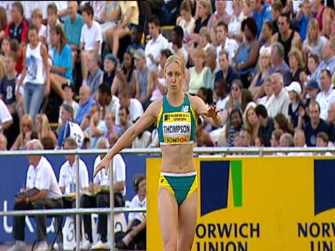 bronwyn thompson in state of tunnel vision pre jump women's long jump 2004 crystal palace athletics grand prix london - lanci e salti femminile video stock e b–roll