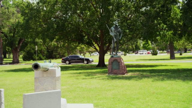vídeos de stock e filmes b-roll de bronze statue hiker spanish american war memorial in city park - wichita