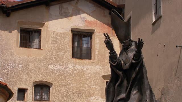vídeos y material grabado en eventos de stock de a bronze statue of pope paul vi. - bronceado