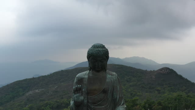 bronze statue of seated buddha in po lin monastery, hong kong - tempel stock-videos und b-roll-filmmaterial