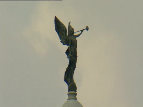 bronze statue of victory on top of dome roof of victoria memorial hall - victoria memorial kolkata stock videos and b-roll footage
