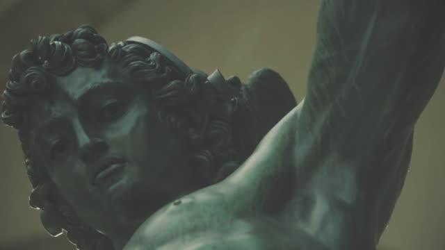 vídeos y material grabado en eventos de stock de estatuas de bronce en piazza della signoria de florencia - estatua
