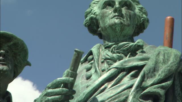 vidéos et rushes de bronze statues of saussure and balma - représentation masculine