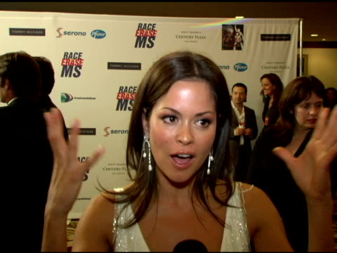 vidéos et rushes de brooke burke on being at the event, modeling for tommy hilfiger at the event, knowing people with at the 13th annual race to erase red carpet at... - race to erase ms