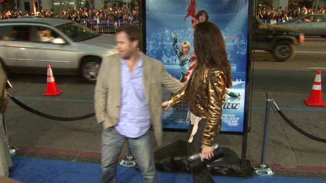 brooke shields and chris henchy at the 'blades of glory' premiere at grauman's chinese theatre in hollywood, california on march 28, 2007. - クリス ヘンチー点の映像素材/bロール