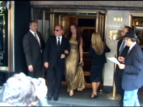 brooke shields and michael kors at the carlyle hotel prior to attending the metropolitan museum of art costume gala in new york at the celebrity... - ブルック シールズ点の映像素材/bロール