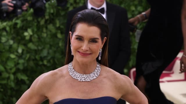 brooke shields at heavenly bodies: fashion & the catholic imagination costume institute gala at the metropolitan museum of art on may 07, 2018 in new... - ブルック シールズ点の映像素材/bロール