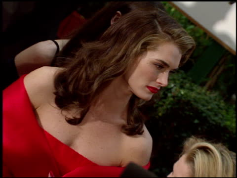 vídeos y material grabado en eventos de stock de brooke shields at the 1998 golden globe awards at the beverly hilton in beverly hills california on january 18 1998 - 1998