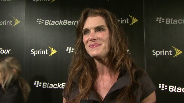 brooke shields on finally getting hip to the new technology. she talks about her addiction to her blackberry, how she's on it all day for something.... - ブルック シールズ点の映像素材/bロール