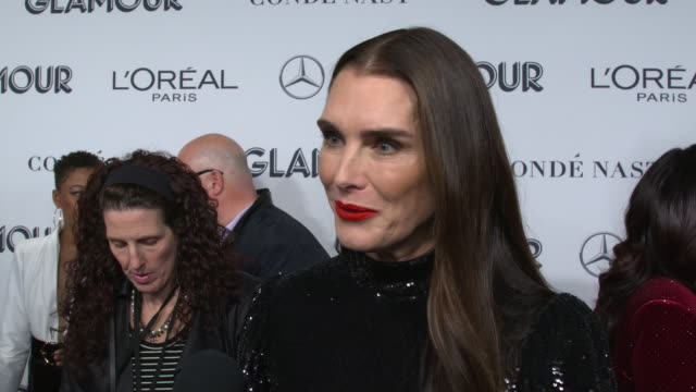 brooke shields talks about what it means to see her girls at the event and the significance of dialogue about the movement at the 2019 glamour women... - ブルック シールズ点の映像素材/bロール