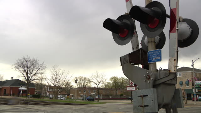 vidéos et rushes de brookfield, il, u.s. - traffic lights and signs on chicago's metro commuter railway line at prairie ave in brookfield, on wednesday, april 22, 2020. - métro de chicago