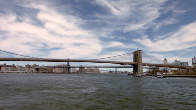 brooklyn e manhattan bridge - new york stato video stock e b–roll