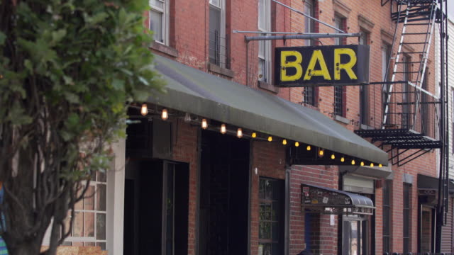 stockvideo's en b-roll-footage met brooklyn bar sisgn - bar gebouw