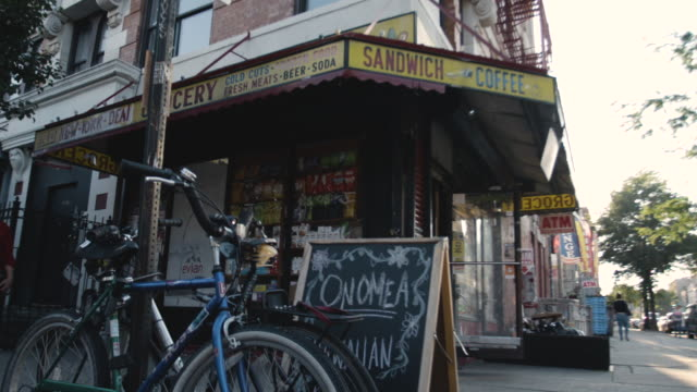 vídeos de stock, filmes e b-roll de brooklyn bodega establishing shot during the summer of 2017. - loja de conveniência