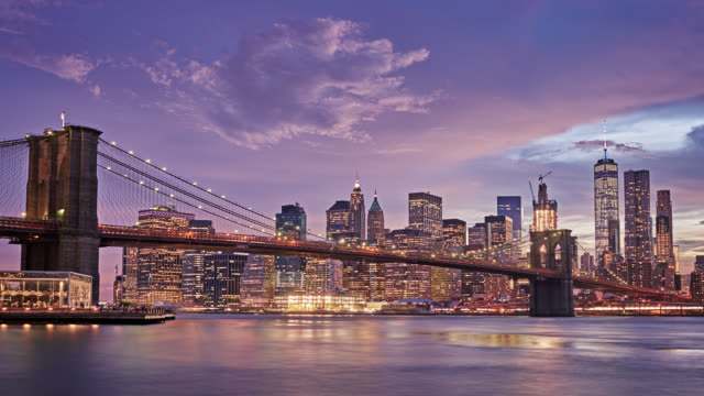 Brooklyn Bridge und Downton NYC mit Wolken
