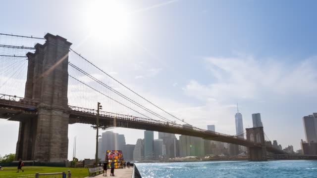 ws brooklyn bridge and downtown manhattan skyline - brooklyn bridge stock-videos und b-roll-filmmaterial