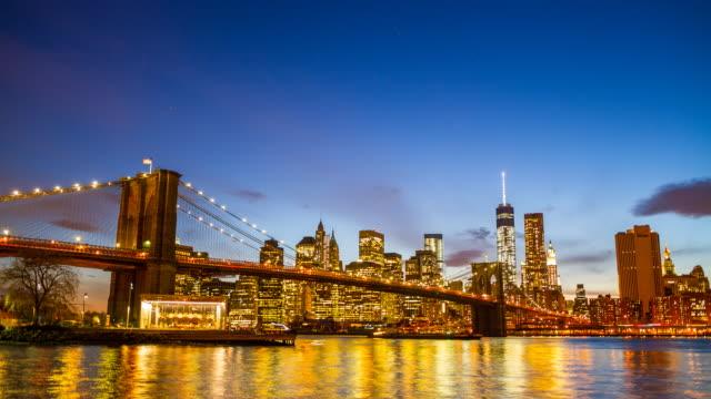 Puente de Brooklyn y Lower Manhattan horizonte en la noche