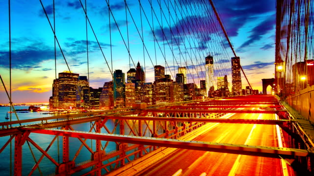 Ponte di Brooklyn e Manhattan Skyline di sera