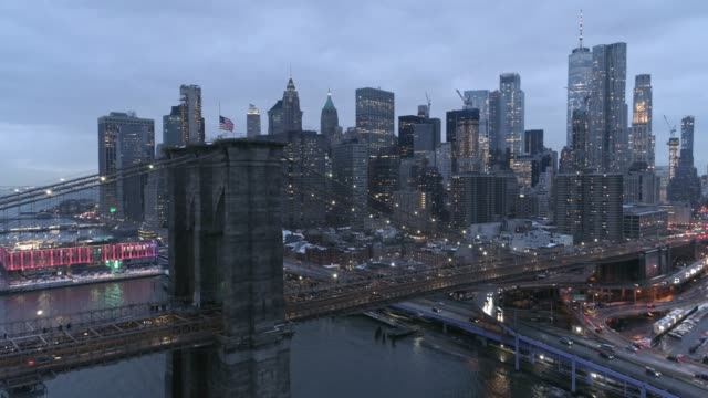 vídeos de stock, filmes e b-roll de ponte de brooklyn e opinião aérea da skyline de manhattan - brooklyn bridge