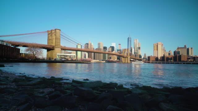 brooklyn bridge and manhattan skyline at dawn - manhattan brücke stock-videos und b-roll-filmmaterial