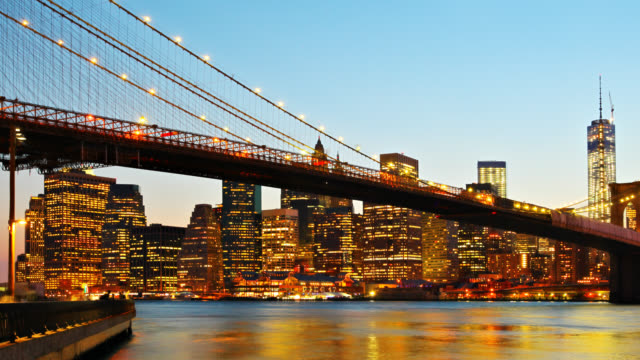 Brooklyn Bridge en Manhattan skyline in de nacht