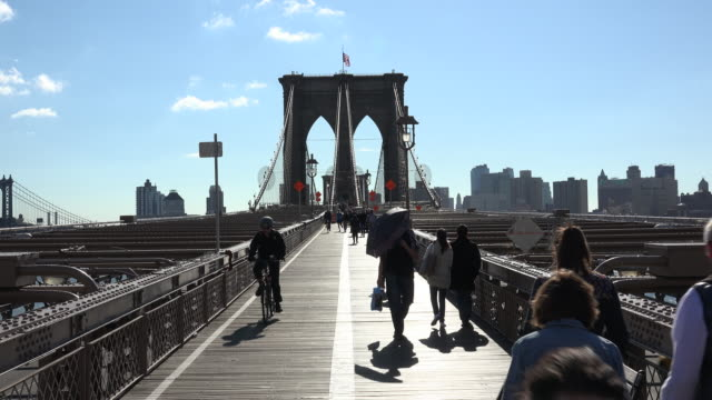 vidéos et rushes de brooklyn bridge and tourists - pont de brooklyn
